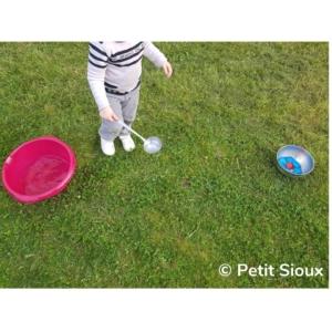 activité transvaser l'eau avec une louche