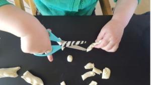 pâte à modeler découpe ciseaux