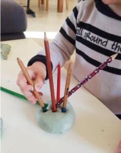 pâte à modeler enfoncer des crayons