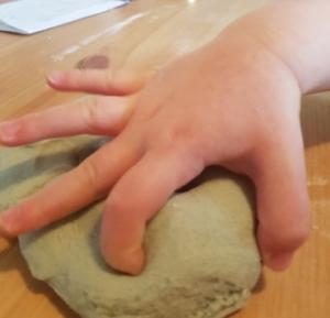 pâte à modeler_enfoncer les doigts