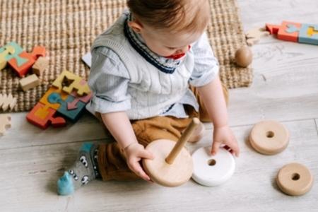 Jouet en bois adapté à un enfant de 2 ans
