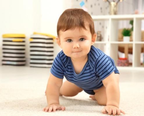 Bébé commence à marcher à quatre pattes
