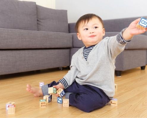 Un petit garçon qui joue avec des cubes en bois